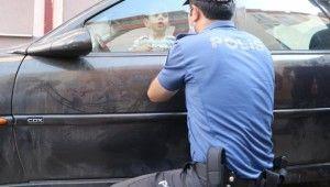 Ekipler, otomobilde kitli kalan çocuğu kurtarmak için ter döktü