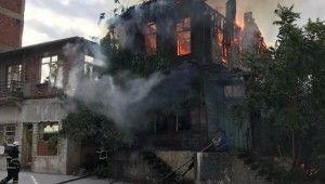 Tekirdağ'da ahşap bina cayır cayır yandı
