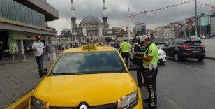 Taksim'de ticari taksilere koronavirüs denetimi