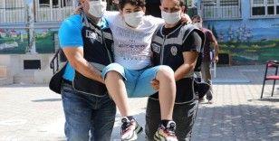 Ayağı kırık çocuğu sınav salonuna polisler kucaklayarak götürdü