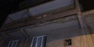 Kıskançlık krizine girdi, balkonda eşini 9 yerinden bıçakladı