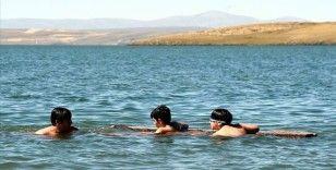 Çıldır Gölü'nde kışın atlı kızak yazın da yüzme keyfi