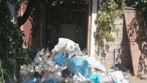 Yaşlı adamın evinden 10 kamyon çöp çıktı