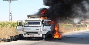Plastik kasa yüklü kamyonet seyir halindeyken alev alev yandı