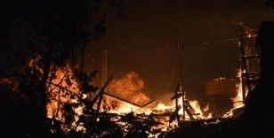Briket deposu alev alev yandı, gökyüzünü siyah dumanlar kapladı
