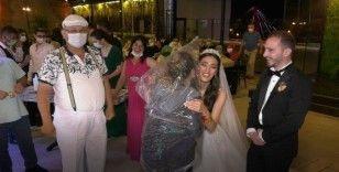 Düğünde görülmemiş önlem: Kafasına poşet geçirip gelin ve damada sarıldı