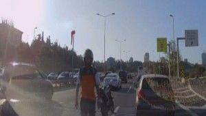 Motosikletli, otomobildeki aileye saldırdı