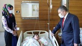 Sağlık Bakanı Koca, hastanede tedavileri devam eden çocukları ziyaret etti