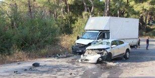 İşçileri taşıyan kamyonet ile otomobil çarpıştı: 19 yaralı