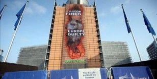 Greenpeace, Amazonlar'daki yangına dikkati çekmek için AB binasına afiş astı