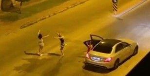 Lüks araçta müziği sonuna kadar açıp, yol ortasında dans ettiler