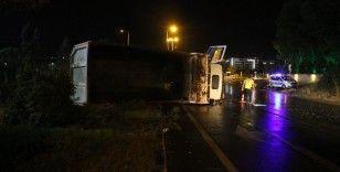 Yağmur sonrası kayganlaşan yolda kamyon devrildi: 1 yaralı