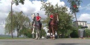 Atlı polislerden vatandaşlara korona virüs uyarısı