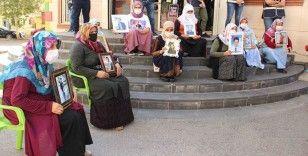 CHP heyeti önce HDP'yi sonra evlat nöbetindeki anneleri ziyaret etti, aileler duruma tepki gösterdi