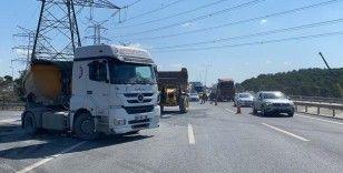 Kemerburgaz yolunda mıcır yüklü kamyon devrildi