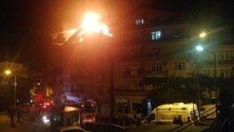 5 katlı binanın çatı katı yandı