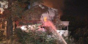 Beyoğlu'nda metruk bir bina alev alev yandı