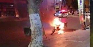 Polislere kızıp motosikletini ateşe verdi