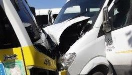 Servis ile minibüs kafa kafaya çarpıştı