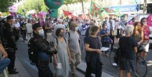 Paris'te hükümetin emekli maaşlarından kesinti yapma planına karşı protesto