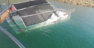 Halfeti'de tur teknesi battı, faciadan dönüldü