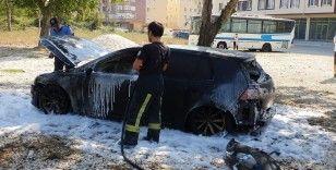 Park halindeki lüks otomobil yandı