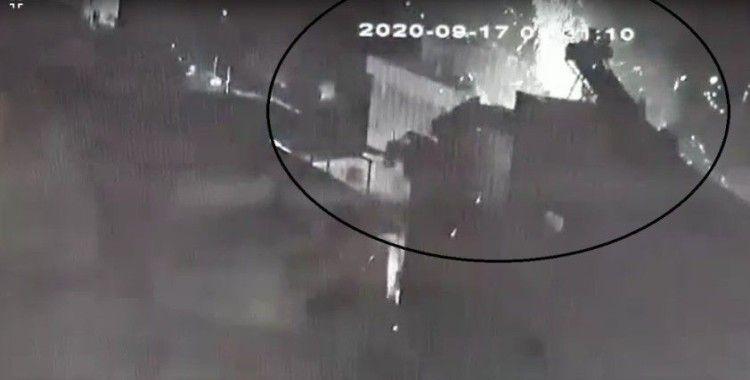 İzmir'de tüp bomba gibi patladı: 2 kişi yaralandı, araçlar hasar gördü