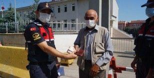Jandarma AVM'de bulunan cüzdanı sahibine ulaştırdı