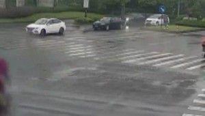 Çin'de kaza yapan yaşlı adamı aracı kaldırarak kurtardılar