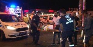 Çalıntı motosikletle polisten kaçan şüpheliler taksiye çarptı