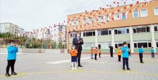 Milli Eğitim Bakanı Selçuk, yüz yüze eğitimin ilk gününde sosyal mesafesini koruyan öğretmen ve öğrencileri tebrik etti