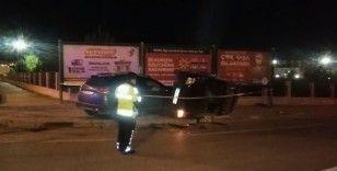 İki otomobil kavşakta çarpıştı, takla atan araç kaldırımda yürüyen yayanın üzerine devrildi