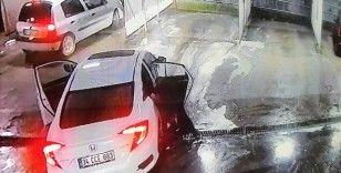 Kaçırdığı araçtan yola atlayan şahsı başka otomobil ezdi