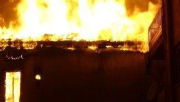 İki katlı iki metruk binada çıkan yangın mahalleliyi korkuttu
