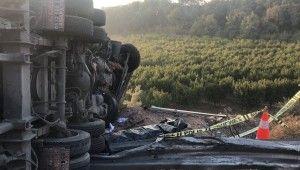 Kontrolden çıkan kamyon 100 metre sürüklenip bariyerlere çarptı