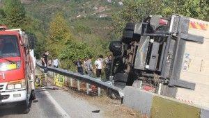 Kastamonu'da freni boşalan kamyon devrildi