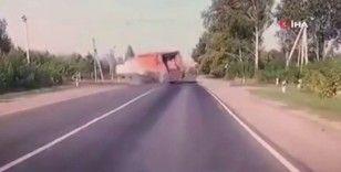 Hız yapan sürücü çöp kamyonuna çarptı: Feci kaza kamerada