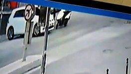 Otomobille çarpışan motosiklet sürücüsü yerinden fırladı