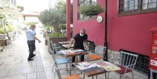Kaleiçi'nde işyeri dışına taşan masa ve sandalyeler kaldırıldı