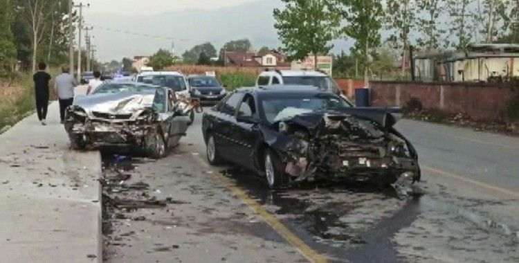 Sakarya'da iki araç kafa kafaya çarpıştı: 3 yaralı