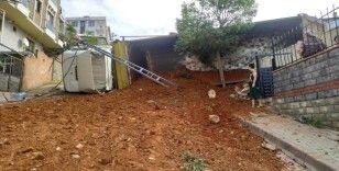 Sancaktepe'de kum boşaltan kamyon bir anda yola devrildi