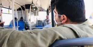 Otobüste yolculuk yaptı, maskeyle ağzı ve burnu yerine gözlerini kapattı