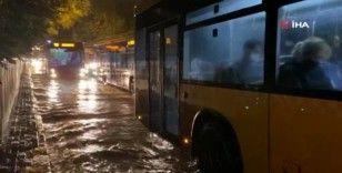 Kadıköy'de yollar göle döndü, araçlar ilerlemekte zorlandı