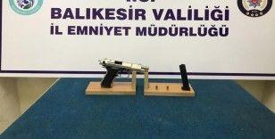 Balıkesir'de polis aranan 57 şahsı yakalarken, 9 silah ele geçirdi