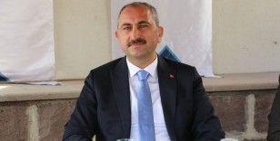 Bakan Gül'den hakim ve savcıları ilgilendiren paylaşım