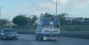 Ümraniye'de kamyonet kasasında tehlikeli yolculuk
