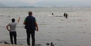 Kocaeli'de kaçak midye avcıları polisi görünce denize kaçtı