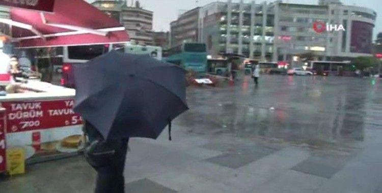 Kadıköy'de vatandaşlar yağmura hazırlıksız yakalandı
