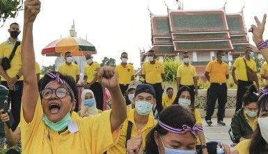 Tayland'da hükümet karşıtı göstericiler sokaklara döküldü