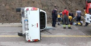 Kocaeli'de virajı alamayan kamyonet devrildi: 3 yaralı